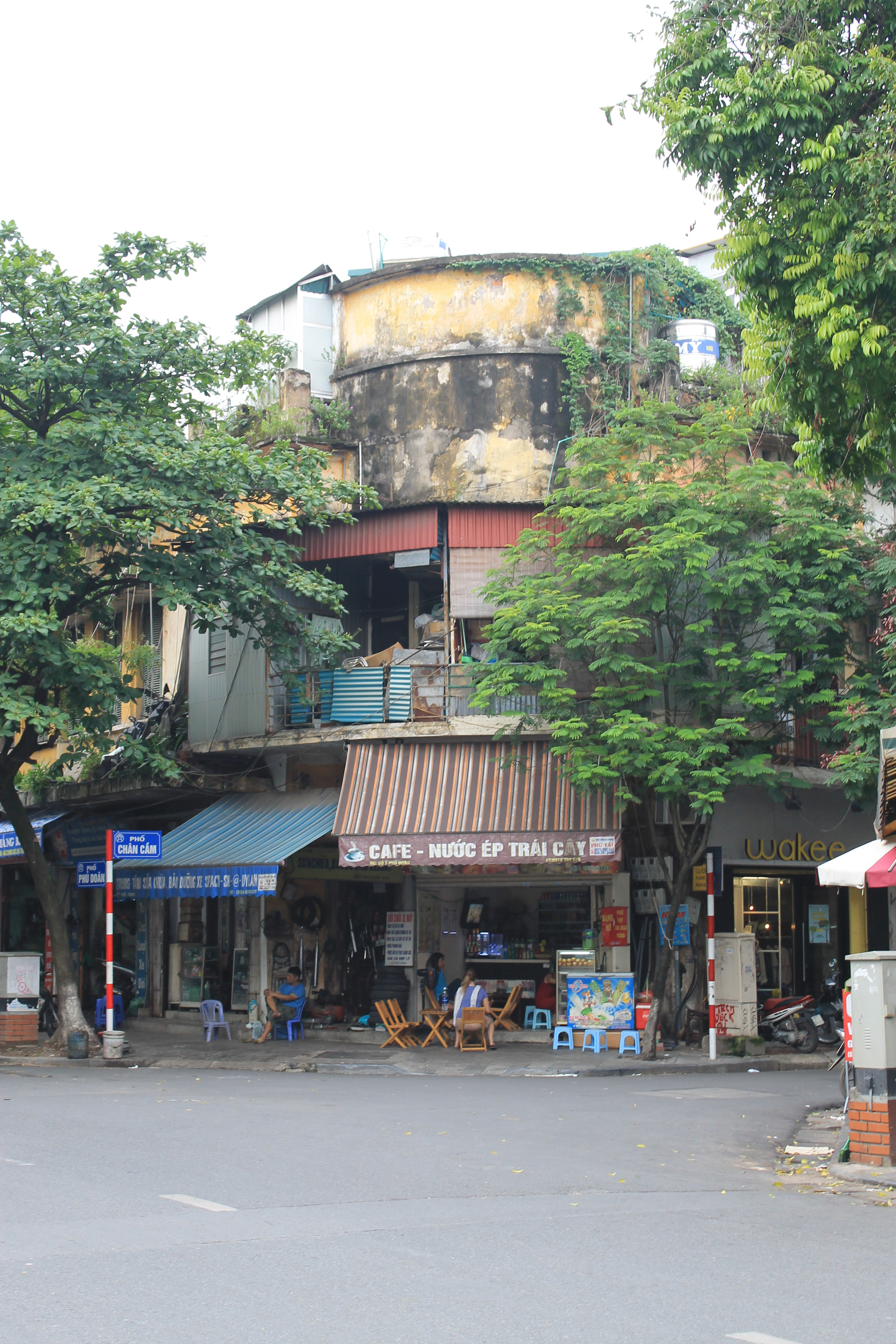 the streets of vietnam Landing in the tumultuous metropolis of saigon was an experience to remember  bustling backstreets, roaring crowds, mouth-watering meals,.